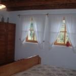 De grote slaapkamer met opgeknapte antieke meubels
