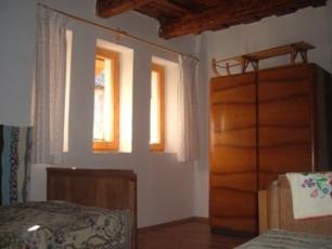 Kleine kamer met ruime garderobekast