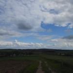 weids uitzicht in de omgeving met het dorp Hangács in het dal op de achtergrond