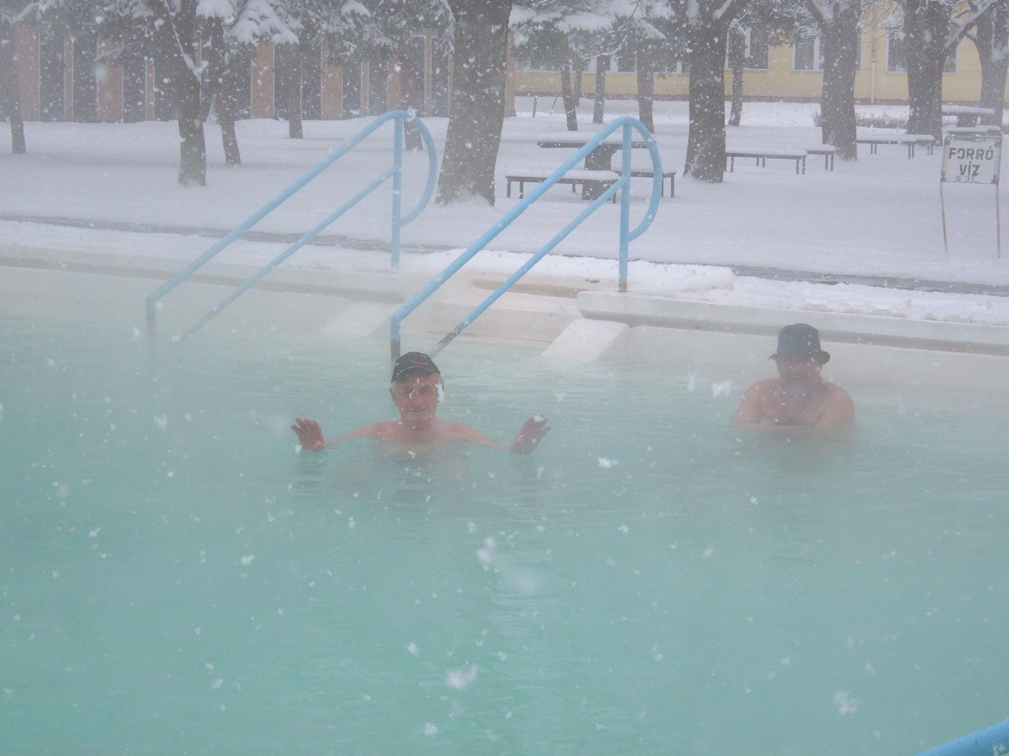 Kuren terwijl het sneeuwt (Bogács- noordoost Hongarije)